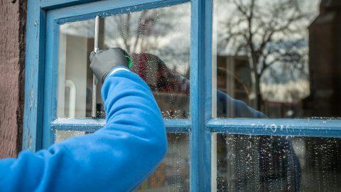 7 советов как помыть большие окна без разводов